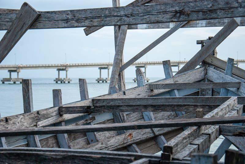 被放弃的小船木头遗骸在海的岸的 图库摄影
