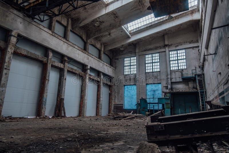 被放弃的工厂内部 车间空的工业大厅  图库摄影