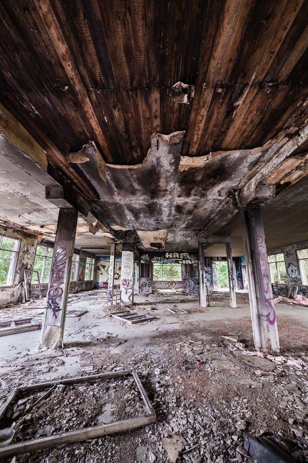 被放弃的工厂大厅和被烧的天花板 库存图片