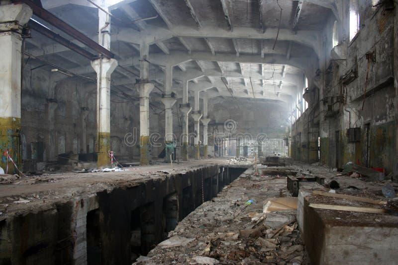 被放弃的工厂飞机棚 免版税库存照片