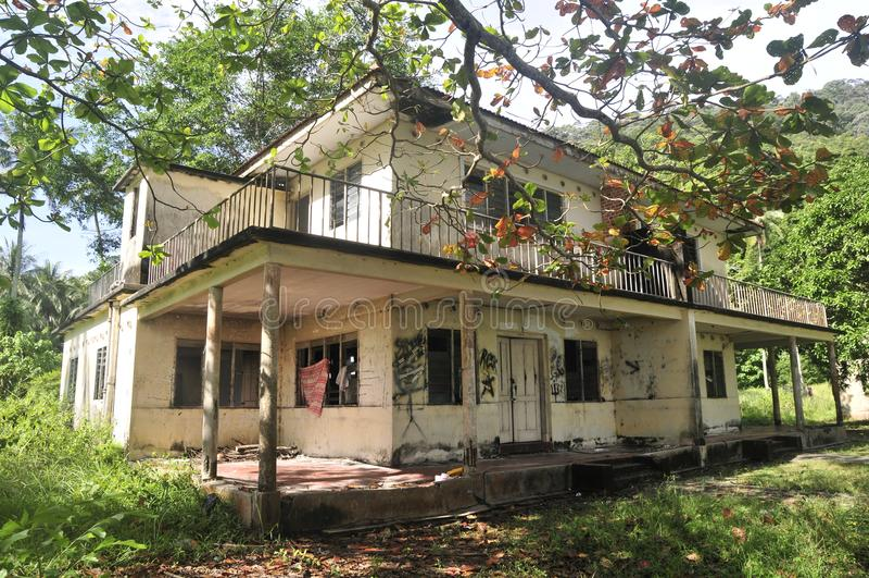 被放弃的平房看法在密林附近的 免版税库存照片