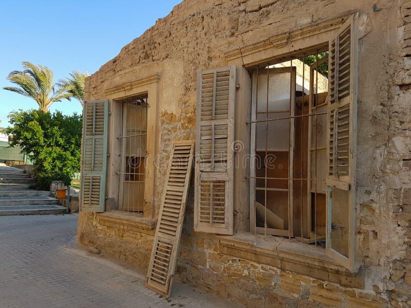 被放弃的房子与在老尼科西亚,塞浦路斯brokeen窗口 免版税图库摄影