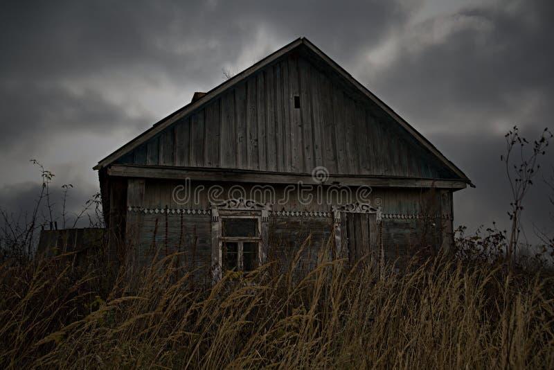 被放弃的房子农村俄国村庄 免版税库存图片