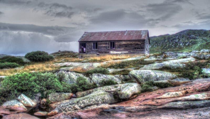 被放弃的房子在挪威寒带草原 库存照片