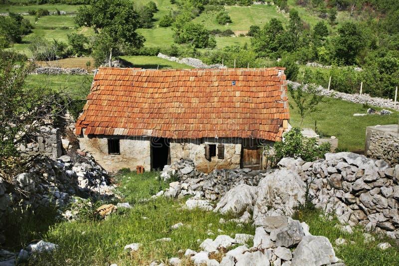被放弃的房子在Studenci 达成协议波斯尼亚夹子色的greyed黑塞哥维那包括专业的区区映射路径替补被遮蔽的状态周围的领土对都市植被 免版税库存照片