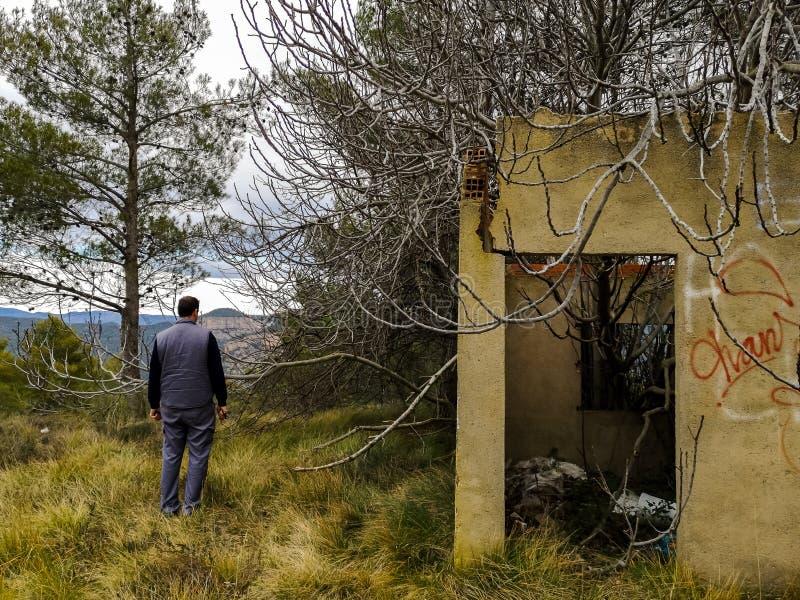 被放弃的房子天生侵略了 库存图片