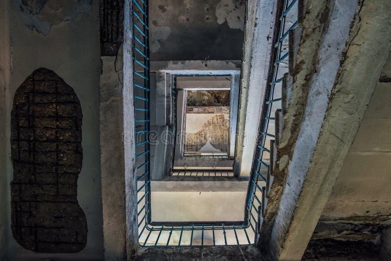 被放弃的房子楼梯  底视图 免版税库存图片