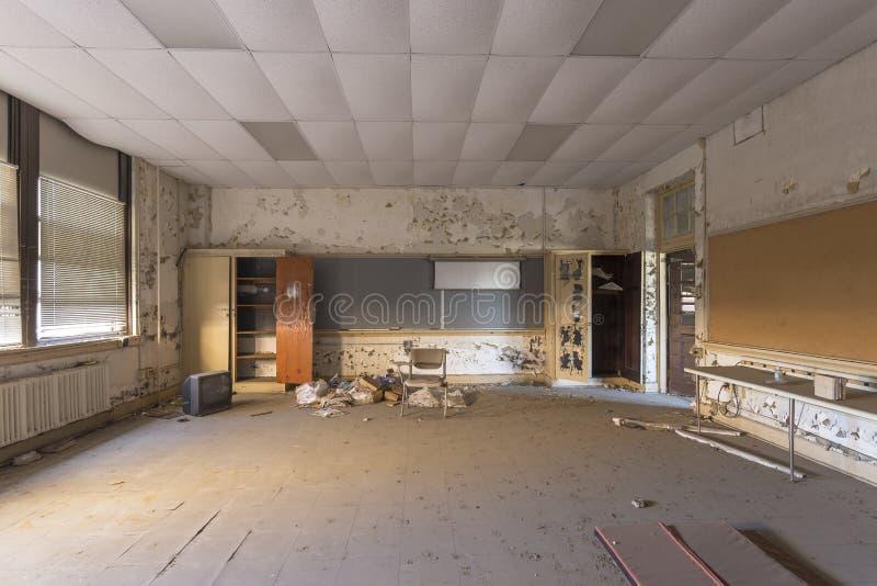 被放弃的教室在高中 免版税图库摄影