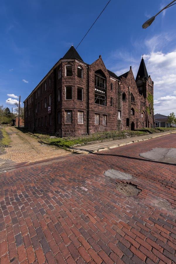 被放弃的施洗约翰教堂和红砖街道- McKeesport,宾夕法尼亚 免版税图库摄影