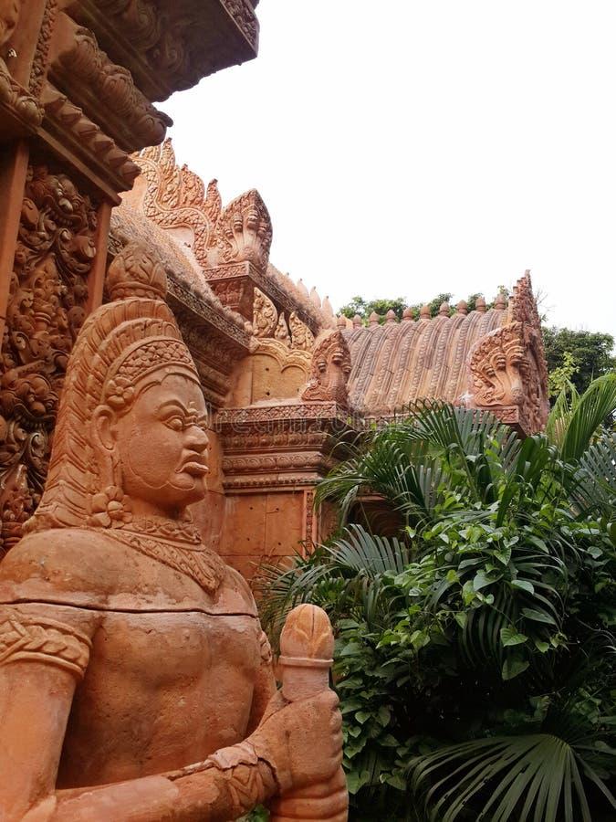 被放弃的旅馆的灰泥和雕象的元素angkor样式的 高棉的寺庙废墟的样式 免版税库存照片