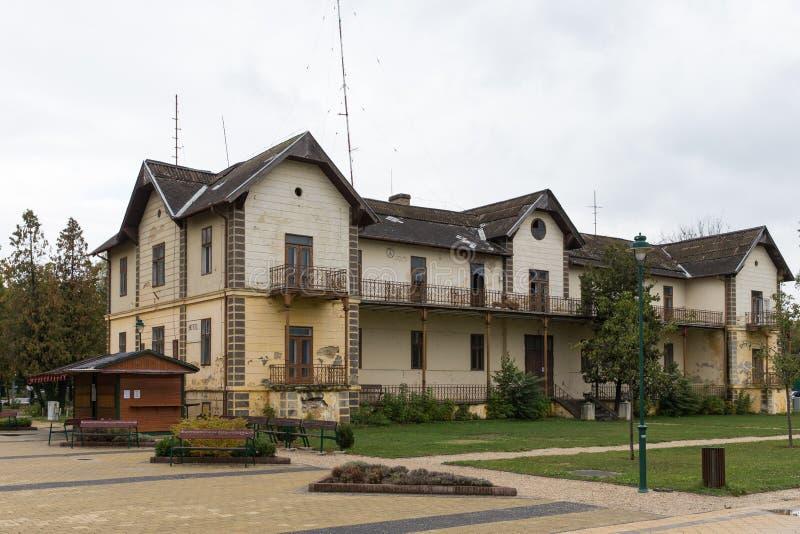 被放弃的旅馆 被放弃的房子 遗弃房子 拉皮条的旅馆 老旅馆 没人想要老房子 米黄颜色秋天 图库摄影