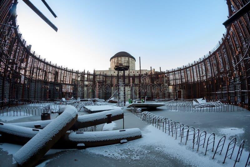 被放弃的未完成的能源厂的建筑残余冬天照片  库存照片