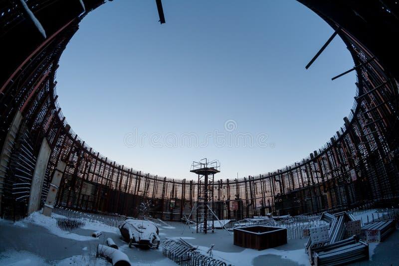 被放弃的未完成的能源厂的建筑残余冬天照片  免版税库存照片