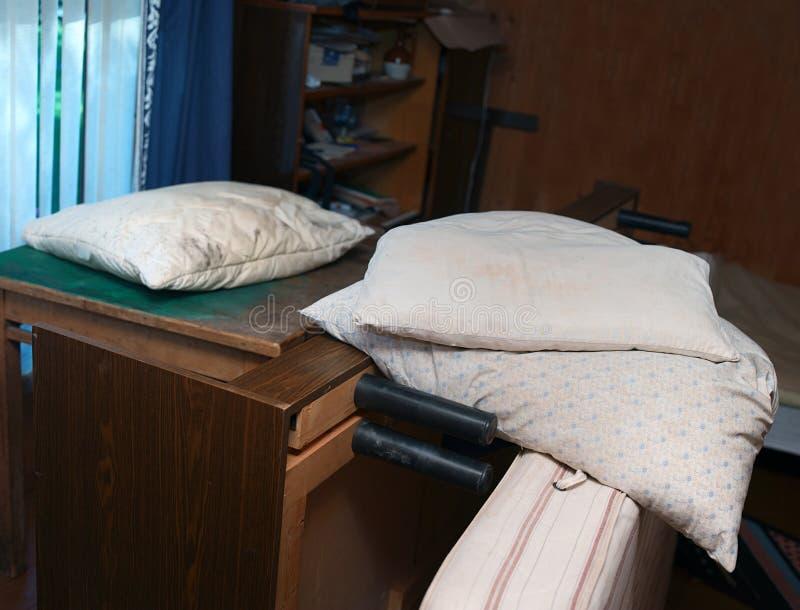 被放弃的杂乱卧室 库存照片