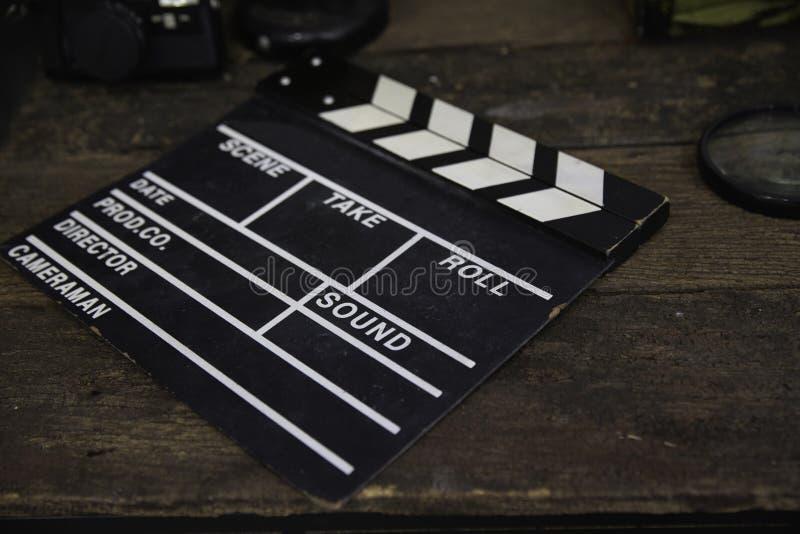 被放弃的板岩影片或电影拍板在肮脏的木桌上 免版税库存照片