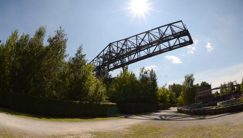被放弃的桥式起重机在阳光下 免版税库存照片