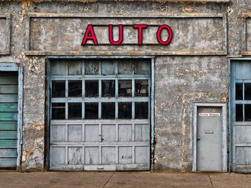 被放弃的汽车修理店 库存图片