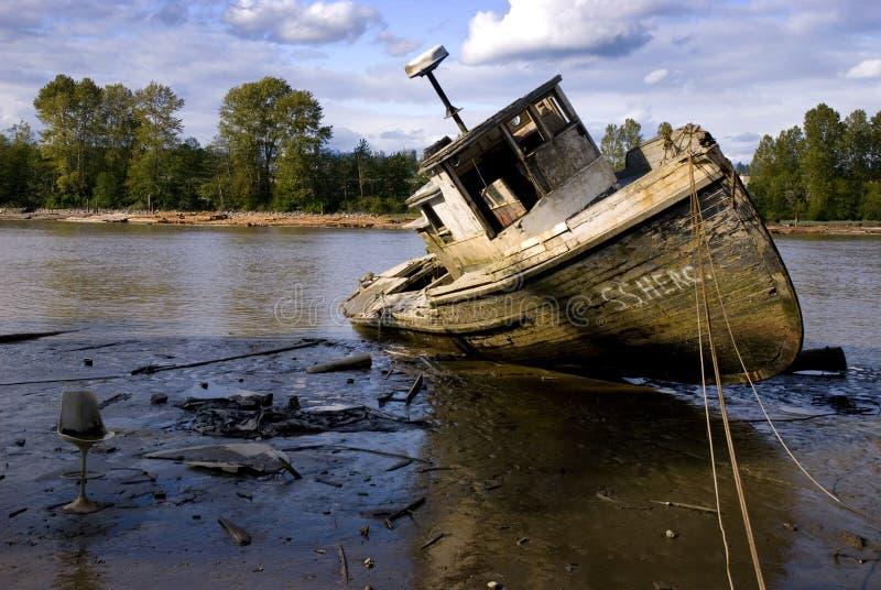 被放弃的河船 库存图片
