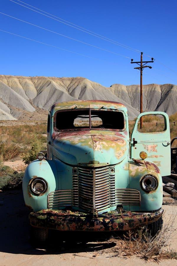 被放弃的滑稽的老卡车 免版税库存照片