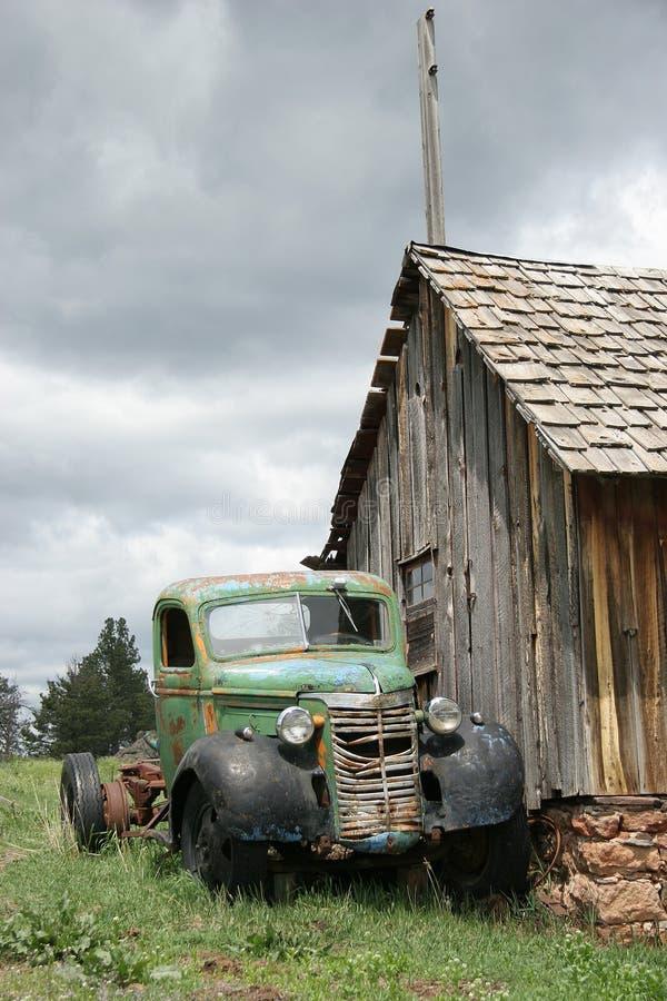 被放弃的滑稽的老卡车 库存照片