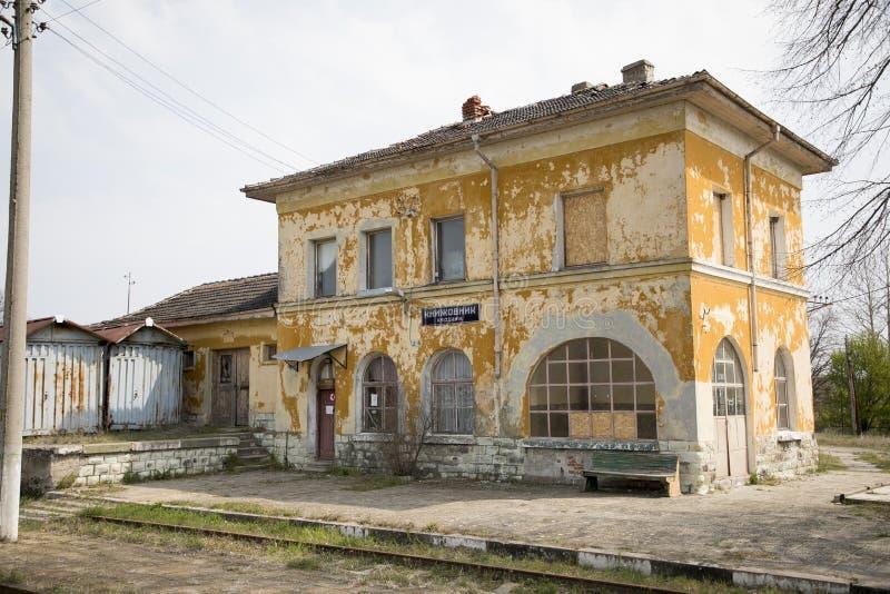 被放弃的火车站、老火车站和铁路 免版税库存图片