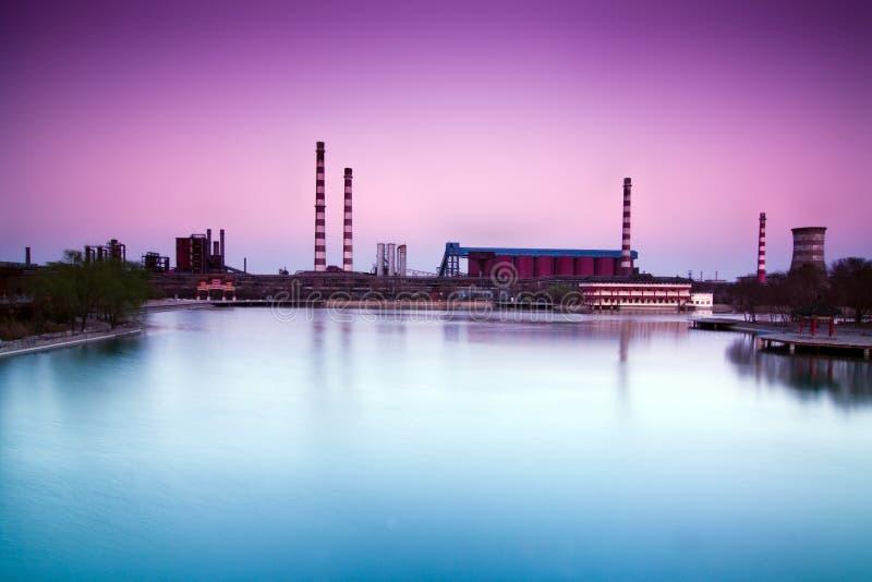 被放弃的瓷工厂钢日落 免版税库存照片