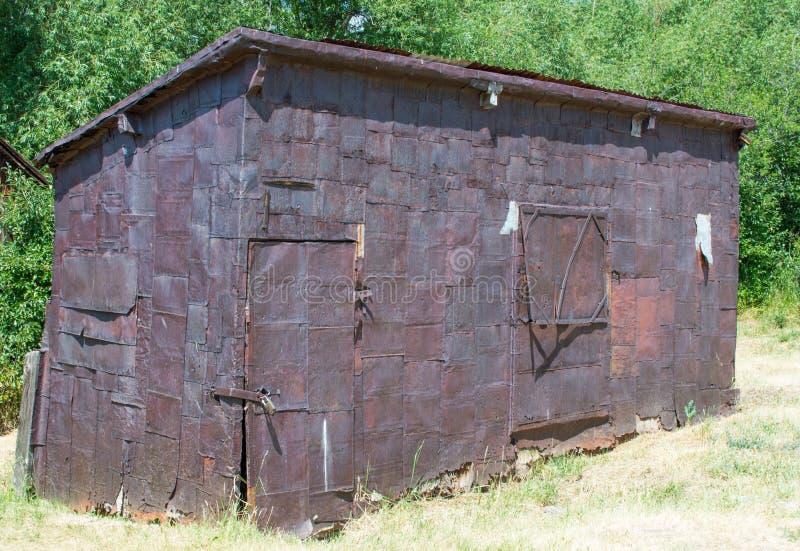 被放弃的生锈的罐子棚子 库存照片