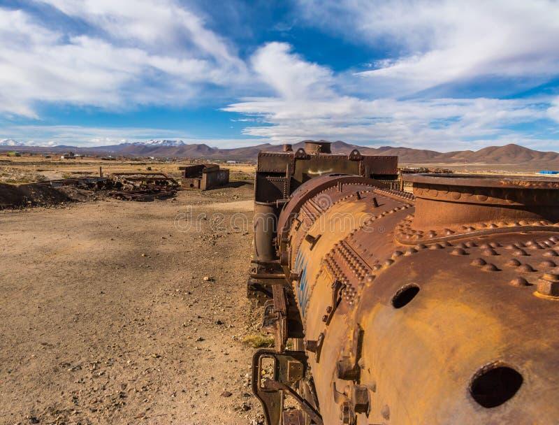 被放弃的生锈的老火车在火车公墓- Uyuni,玻利维亚 免版税库存图片