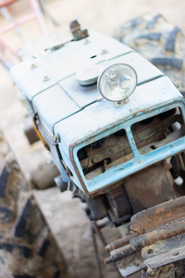 被放弃的生锈的葡萄酒手扶拖拉机 免版税库存图片