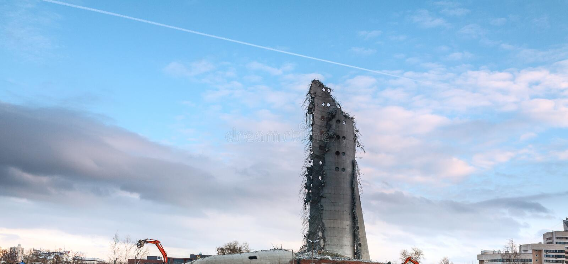 被放弃的电视塔的爆破在Ekaterinburg在2018年3月第24 被毁坏的塔的遗骸 库存图片
