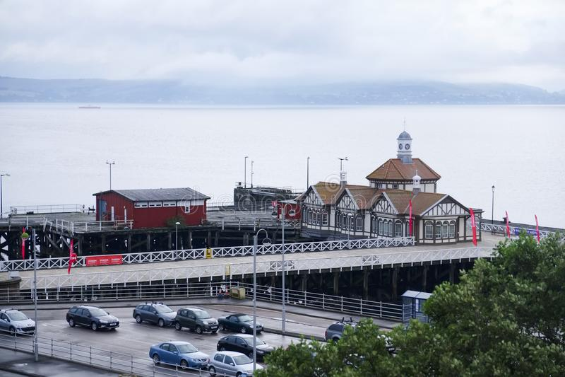 被放弃的码头海沿海维多利亚女王时代的木大厦遗弃云彩浇灌时间间隔Dunoon苏格兰英国 免版税库存图片