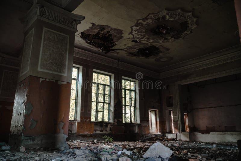 被放弃的礼堂在学校,艺术房子  破坏的文化和艺术概念和衰落  库存图片