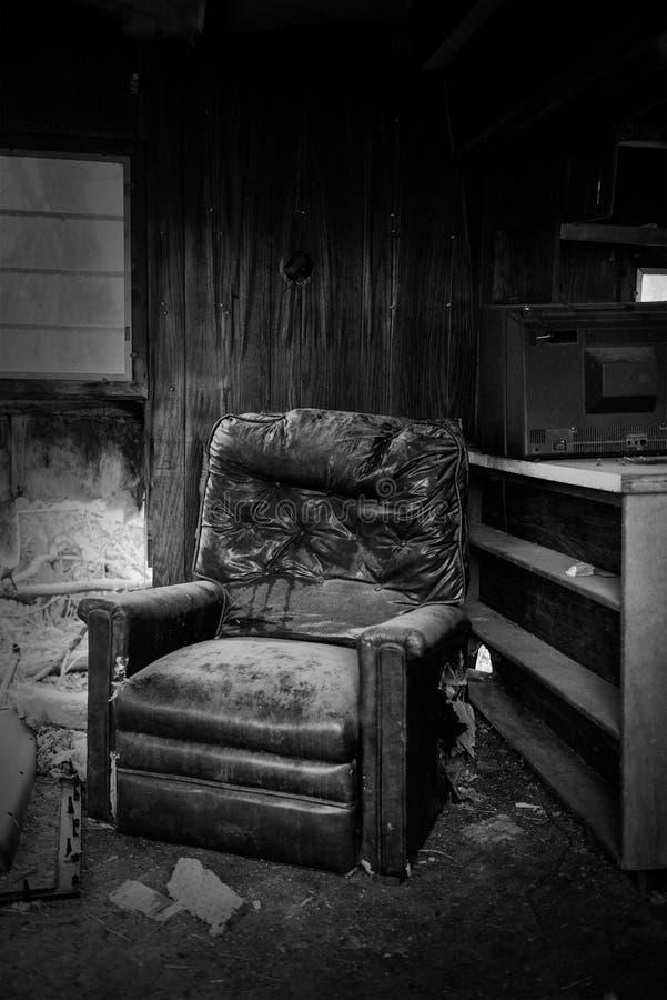 被放弃的空的老落寞议院 库存图片