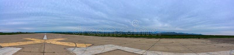 被放弃的简易机场全景乌鸦` s着陆的 免版税库存图片