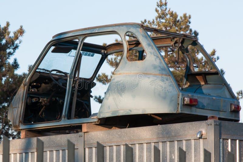 被放弃的老和生锈的汽车击毁 免版税图库摄影