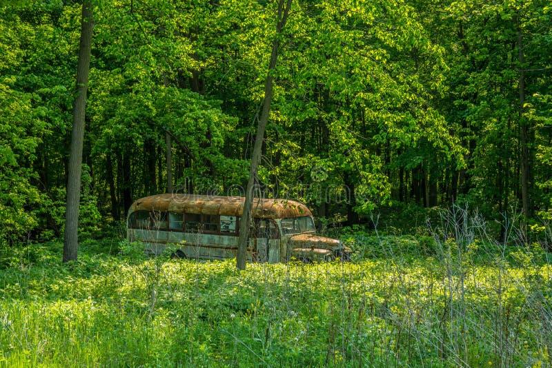 被放弃的老学校班车风化了和生锈 库存图片