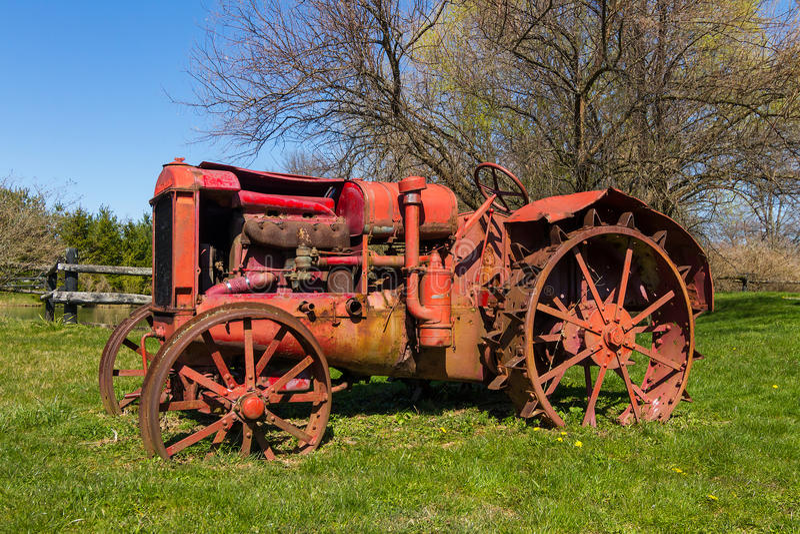 被放弃的老拖拉机 库存图片