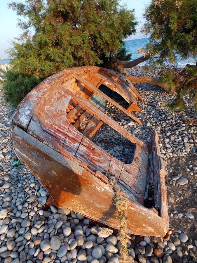 被放弃的老木小船 免版税库存照片