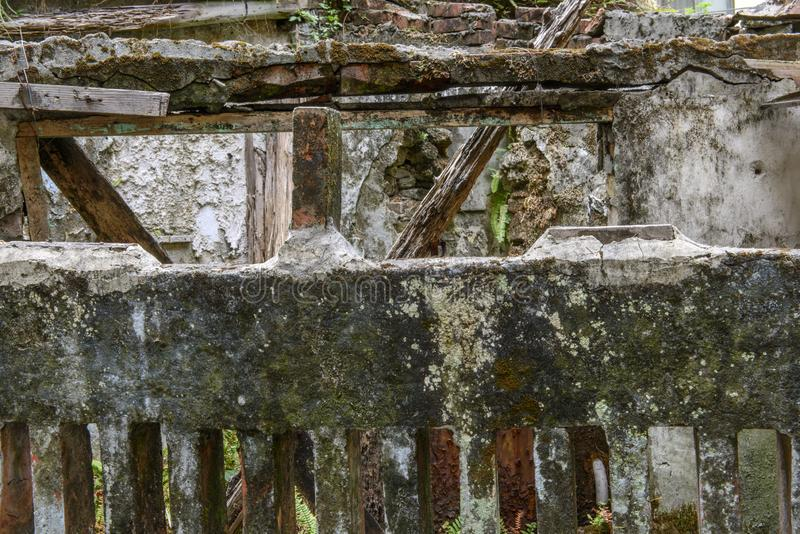被放弃的老残破的工业工厂废墟  库存图片