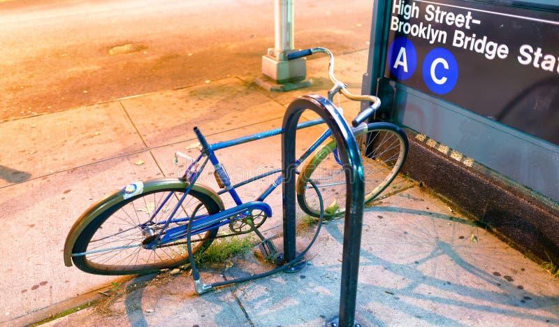 被放弃的自行车在纽约街道的晚上 免版税库存照片