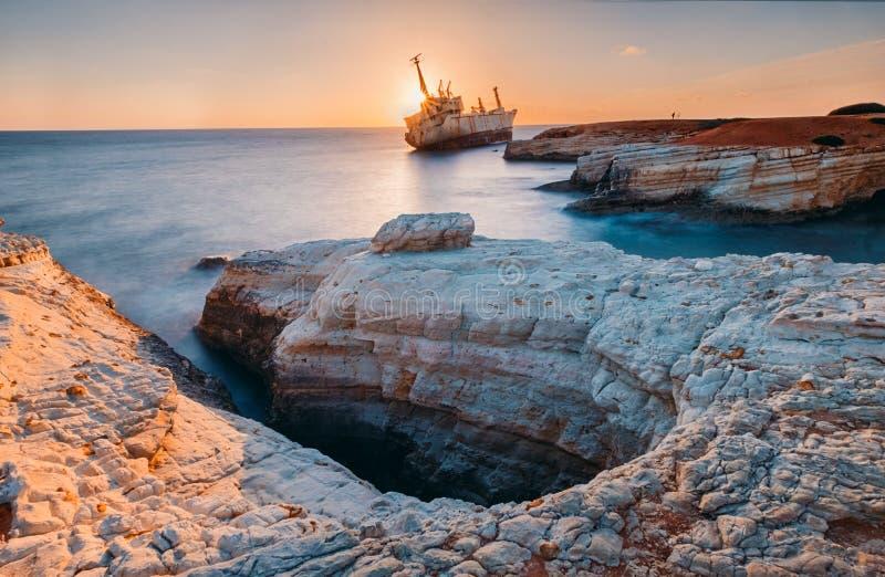 被放弃的船在塞浦路斯海滩附近的Edro III 免版税库存照片