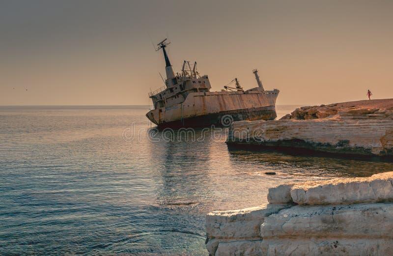 被放弃的船在塞浦路斯海滩附近的Edro III 库存图片