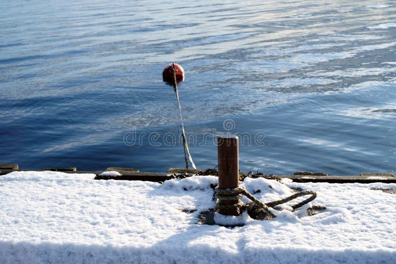 被放弃的船坞在冬天 库存照片
