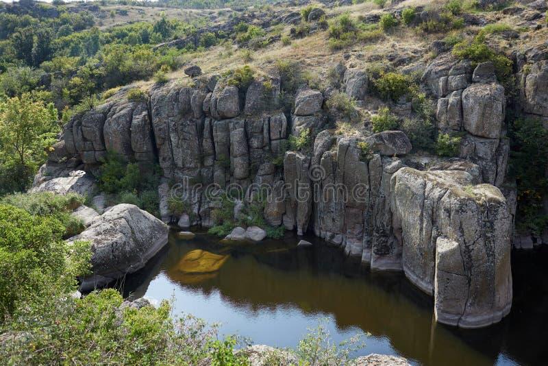被放弃的花岗岩猎物的美丽的湖在夏天 在蓝天背景的美丽如画的峡谷 免版税库存图片