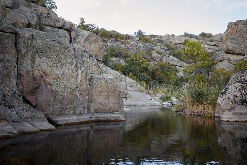 被放弃的花岗岩猎物的美丽的湖在夏天 在蓝天背景的美丽如画的峡谷 库存照片