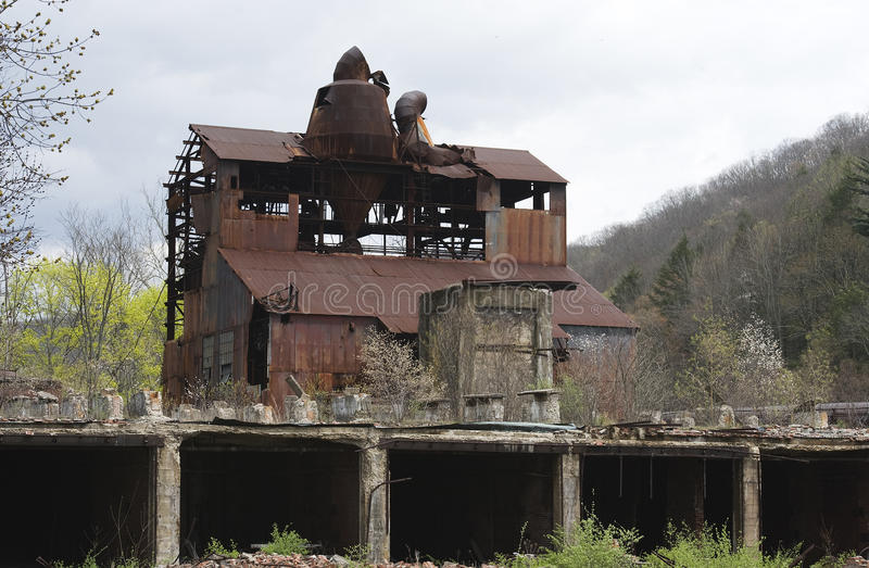 被放弃的范围双最大的锯木厂 免版税库存照片
