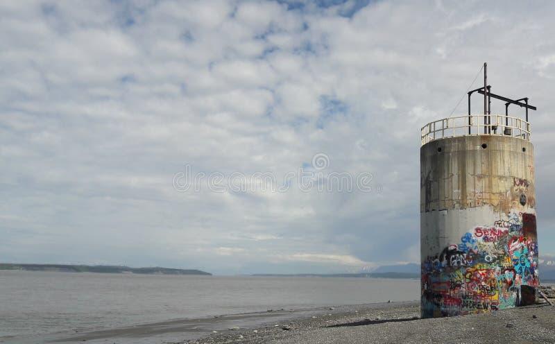被放弃的街道画包括在Arnchorage阿拉斯加湖海滩的塔 库存图片