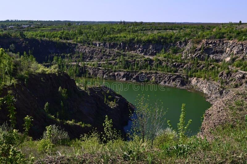 被放弃的被充斥的花岗岩矿 库存照片