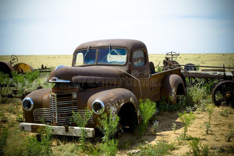 被放弃的被塑造的老卡车 库存照片