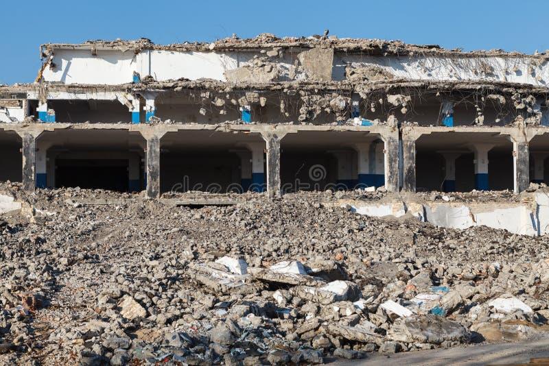 被放弃的被毁坏的工厂厂房,工业背景 免版税库存图片